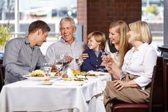 Ευτυχής οικογένεια που χαμογελά από κοινού Στοκ φωτογραφία με δικαίωμα ελεύθερης χρήσης