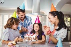 Ευτυχής οικογένεια που χτυπά κατά τη διάρκεια του εορτασμού γενεθλίων Στοκ εικόνες με δικαίωμα ελεύθερης χρήσης