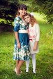 Ευτυχής οικογένεια σε έναν περίπατο στο πάρκο υπαίθρια, τη μητέρα και το δ Στοκ φωτογραφίες με δικαίωμα ελεύθερης χρήσης