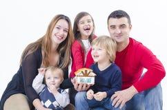 Ευτυχής οικογένεια σε ένα καινούργιο σπίτι Στοκ εικόνες με δικαίωμα ελεύθερης χρήσης