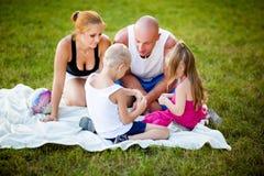 Ευτυχής οικογένεια σε ένα πάρκο στοκ φωτογραφία