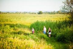 Ευτυχής οικογένεια σε ένα πάρκο στοκ εικόνες με δικαίωμα ελεύθερης χρήσης