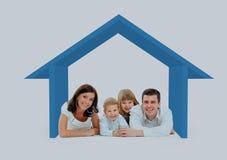 Ευτυχής οικογένεια σε ένα σπίτι Απομονωμένος πέρα από ένα άσπρο backgroun στοκ φωτογραφία