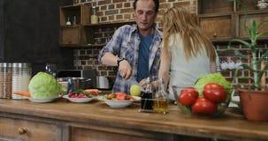 Ευτυχής οικογένεια στα μαγειρεύοντας τρόφιμα κουζινών ενώ βίντεο μαγνητοσκόπησης γιων των γονέων και της αδελφής που προετοιμάζου απόθεμα βίντεο