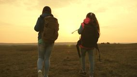 Ευτυχής οικογένεια στα ταξίδια διακοπών Ταξίδι Mom και κορών με ένα σακίδιο πλάτης ενάντια στον ουρανό Η μητέρα και το παιδί τουρ απόθεμα βίντεο