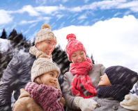 Ευτυχής οικογένεια στα χειμερινά ενδύματα υπαίθρια Στοκ Φωτογραφίες
