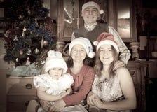 Ευτυχής οικογένεια στα Χριστούγεννα εορτασμού καπέλων Santa Στοκ φωτογραφία με δικαίωμα ελεύθερης χρήσης