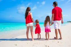 Ευτυχής οικογένεια στην άσπρη παραλία κατά τη διάρκεια των θερινών διακοπών Στοκ εικόνα με δικαίωμα ελεύθερης χρήσης