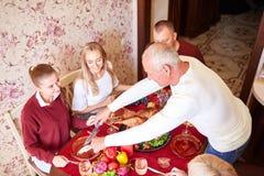Ευτυχής οικογένεια στην ημέρα των ευχαριστιών επιτραπέζιου εορτασμού γευμάτων σε ένα θολωμένο υπόβαθρο Παραδοσιακή έννοια ημέρας  Στοκ Φωτογραφίες