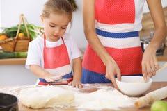 Ευτυχής οικογένεια στην κουζίνα Μαγειρεύοντας πίτα ή μπισκότα διακοπών κορών μητέρων και παιδιών για την ημέρα μητέρων Στοκ φωτογραφία με δικαίωμα ελεύθερης χρήσης