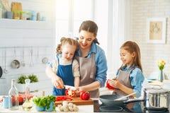 Ευτυχής οικογένεια στην κουζίνα στοκ εικόνες