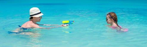 Ευτυχής οικογένεια στην τροπική παραλία που έχει τη διασκέδαση Στοκ εικόνα με δικαίωμα ελεύθερης χρήσης