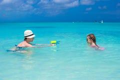 Ευτυχής οικογένεια στην τροπική παραλία που έχει τη διασκέδαση Στοκ Εικόνες