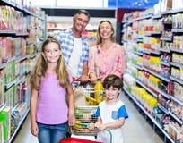 Ευτυχής οικογένεια στην υπεραγορά στοκ εικόνα
