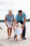 Ευτυχής οικογένεια στην όχθη ποταμού Στοκ εικόνες με δικαίωμα ελεύθερης χρήσης