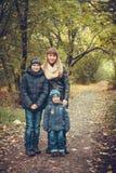 Ευτυχής οικογένεια στη δασική φωτογραφία φθινοπώρου Στοκ εικόνα με δικαίωμα ελεύθερης χρήσης