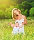 Ευτυχής οικογένεια στη μητέρα φύσης και την κόρη μωρών Στοκ φωτογραφίες με δικαίωμα ελεύθερης χρήσης