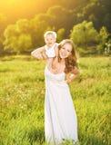 Ευτυχής οικογένεια στη μητέρα φύσης και την κόρη μωρών Στοκ φωτογραφία με δικαίωμα ελεύθερης χρήσης