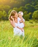 Ευτυχής οικογένεια στη μητέρα φύσης και την κόρη μωρών Στοκ εικόνα με δικαίωμα ελεύθερης χρήσης