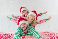 Ευτυχής οικογένεια στη Παραμονή Χριστουγέννων Στοκ Φωτογραφία