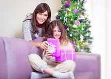 Ευτυχής οικογένεια στη Παραμονή Χριστουγέννων Στοκ φωτογραφίες με δικαίωμα ελεύθερης χρήσης