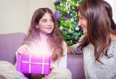 Ευτυχής οικογένεια στη Παραμονή Χριστουγέννων Στοκ Εικόνα