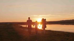 Ευτυχής οικογένεια στη σκιαγραφία ηλιοβασιλέματος Στοκ Εικόνα