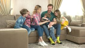 Ευτυχής οικογένεια στον καναπέ απόθεμα βίντεο