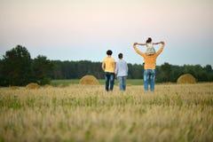 Ευτυχής οικογένεια στον τομέα σίτου Στοκ φωτογραφία με δικαίωμα ελεύθερης χρήσης