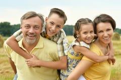 Ευτυχής οικογένεια στον τομέα σίτου Στοκ Φωτογραφίες