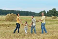 Ευτυχής οικογένεια στον τομέα σίτου Στοκ Εικόνα