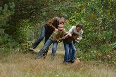 Ευτυχής οικογένεια στο δάσος φθινοπώρου Στοκ Φωτογραφία