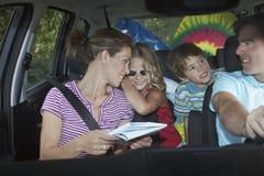 Ευτυχής οικογένεια στο αυτοκίνητο Στοκ εικόνες με δικαίωμα ελεύθερης χρήσης