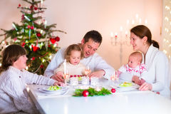Ευτυχής οικογένεια στο γεύμα Χριστουγέννων Στοκ Φωτογραφία