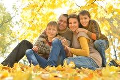 Ευτυχής οικογένεια στο δάσος φθινοπώρου στοκ εικόνα