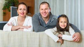 Ευτυχής οικογένεια στο εσωτερικό εσωτερικό Στοκ Εικόνες