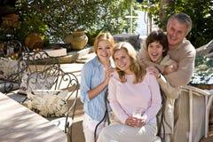 Ευτυχής οικογένεια στο ηλιόλουστο patio Στοκ εικόνες με δικαίωμα ελεύθερης χρήσης