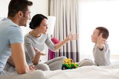 Ευτυχής οικογένεια στο κρεβάτι στο σπίτι ή το δωμάτιο ξενοδοχείου Στοκ φωτογραφίες με δικαίωμα ελεύθερης χρήσης