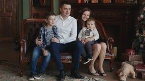 Ευτυχής οικογένεια στο νέο δέντρο έτους φιλμ μικρού μήκους