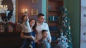 Ευτυχής οικογένεια στο νέο δέντρο έτους απόθεμα βίντεο