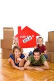Ευτυχής οικογένεια στο νέο σπίτι τους στοκ εικόνες
