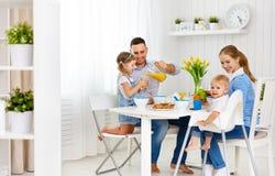 Ευτυχής οικογένεια στο πρόγευμα Στοκ φωτογραφίες με δικαίωμα ελεύθερης χρήσης