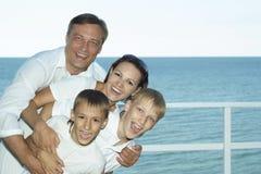 Ευτυχής οικογένεια στο σκάφος Στοκ φωτογραφία με δικαίωμα ελεύθερης χρήσης