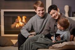 Ευτυχής οικογένεια στο σπίτι στοκ φωτογραφίες