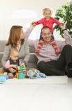 Ευτυχής οικογένεια στο σπίτι στοκ εικόνες