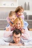 Ευτυχής οικογένεια στο σπίτι Στοκ φωτογραφία με δικαίωμα ελεύθερης χρήσης