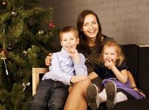 Ευτυχής οικογένεια στο χριστουγεννιάτικο δέντρο στοκ εικόνες