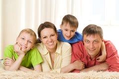 Ευτυχής οικογένεια τέσσερα Στοκ Εικόνα