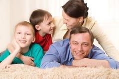 Ευτυχής οικογένεια τέσσερα Στοκ εικόνα με δικαίωμα ελεύθερης χρήσης