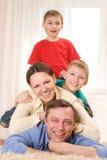 Ευτυχής οικογένεια τέσσερα Στοκ Εικόνες